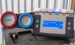 Acaras personal kopplar in maskinen som automatiskt suger ur luften ur systemet, fyller på speciell olja, spårmedel och gas i rätt mängd.